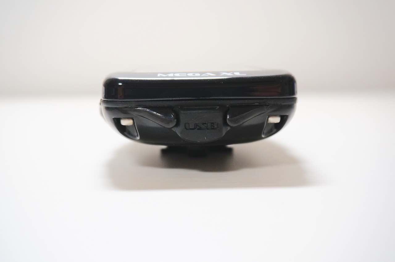 LEZYNE MEGA XL GPS(レザイン メガ XL GPS)の充電ポートに注目した写真。ゴムでできている