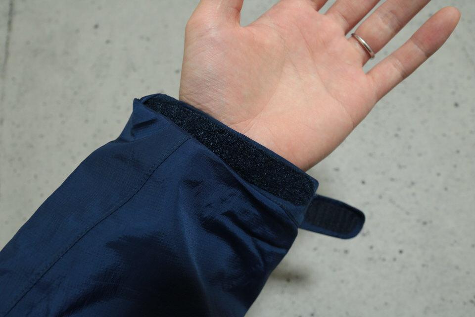 サンダーパスジャケットの袖に手を通した感じ