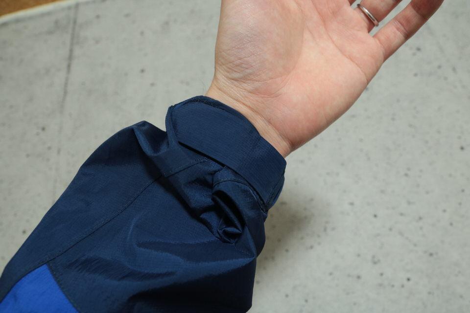 サンダーパスジャケットの袖に手を通してベルクロを締めた感じ