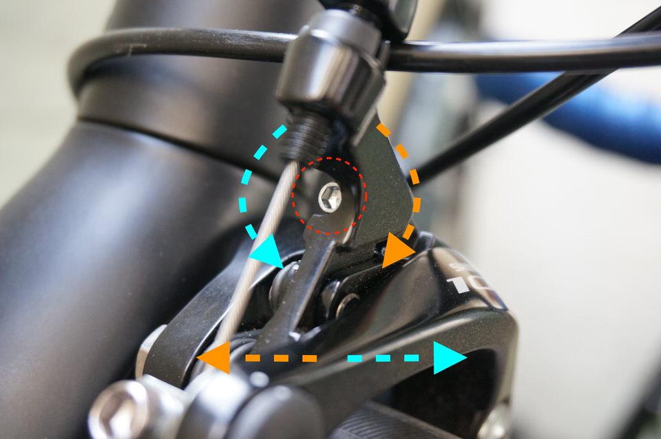 センタリング調整ボルトを時計回転で左へ移動、反時計回転で右